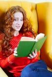 Het mooie geschokte jonge boek van de vrouwenlezing royalty-vrije stock foto