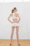 Het mooie gestemde vrouw stellen in sportkleding Stock Foto's