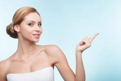 Het mooie gezonde meisje toont iets Royalty-vrije Stock Foto