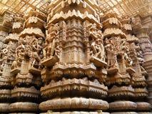 Het mooie Gipspleisterwerk aangaande de Pijlers van de Tempel, India Stock Afbeelding