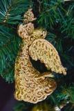 Het mooie glanzende stuk speelgoed van de engelendecoratie op de kunstmatige Kerstboom Stock Afbeelding