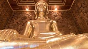 Het mooie gouden standbeeld van Boedha en Thaise kunstarchitectuur Stock Foto