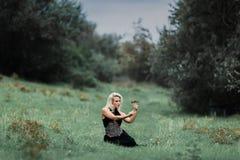 Het mooie heksenmeisje giet een werktijd stock foto