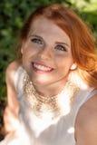 Het mooie het glimlachen jonge portret van de roodharigevrouw openlucht Stock Afbeelding
