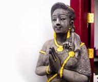 Het mooie het meisjesstandbeeld van de handambacht Thaise bidden Stock Fotografie