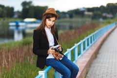Het mooie hipstermeisje schieten Stock Foto's