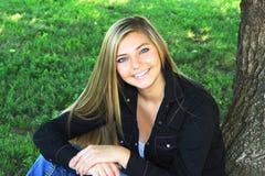 Het mooie Hogere Meisje van de Blondemiddelbare school Openlucht Stock Afbeelding