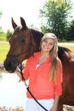 Het mooie Hogere Meisje van de Blondemiddelbare school Openlucht met Paard Stock Foto