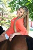 Het mooie Hogere Meisje van de Blondemiddelbare school Openlucht met Paard Stock Afbeeldingen