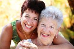 Het mooie hogere moeder en dochter glimlachen Royalty-vrije Stock Fotografie