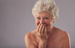 Het mooie hogere vrouwelijke glimlachen Stock Fotografie