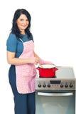 Het mooie huisvrouw koken royalty-vrije stock foto's