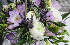 Het mooie huwelijk van het de lenteboeket bloeit boterbloemenranunculus, fresia, de achtergrond van de lavendelaard Pastelkleuren Royalty-vrije Stock Foto's