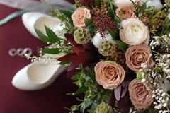 Het mooie huwelijksboeket van bloemen Bordeaux nam toe Royalty-vrije Stock Foto