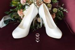 Het mooie huwelijksboeket van bloemen Bordeaux nam toe Royalty-vrije Stock Foto's