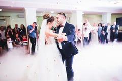 Het mooie huwelijkspaar huwde enkel en dansend hun eerste dans stock foto