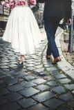 Het mooie huwelijkspaar verlaat het huwelijk romantisch Walkin royalty-vrije stock afbeelding