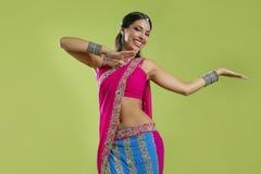 Het mooie Indische jonge donkerbruine vrouw dansen Royalty-vrije Stock Foto's