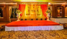 Het mooie Indische stadium van de huwelijksceremonie dat in kleuren en entran wordt geplaatst royalty-vrije stock afbeeldingen