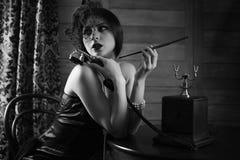 Het mooie jaren '30meisje rookt zwart-wit Royalty-vrije Stock Afbeelding