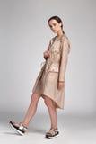 Het mooie jasje van de het haarslijtage van de glamour sexy vrouw donkerbruine Royalty-vrije Stock Fotografie
