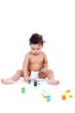 Het mooie jong geitje spelen met zijn schilderijen Royalty-vrije Stock Foto's