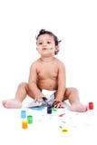 Het mooie jong geitje spelen met zijn schilderijen Royalty-vrije Stock Foto