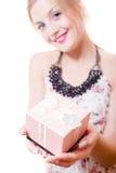 Het mooie jonge aantrekkelijke blonde meisje die van vrouwen blauwe ogen roze doosgift in handen houden & cameraportret bekijken  Royalty-vrije Stock Afbeeldingen