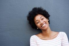 Het mooie jonge Afrikaanse vrouw glimlachen royalty-vrije stock foto