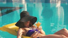 Het mooie Jonge Bikinivrouw Ontspannen stock video