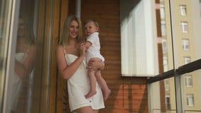 Het mooie jonge blondemamma spelen met haar zoon van de babyjongen - het doel van Familiewaarden - Kaukasisch moeder en kind thui stock videobeelden