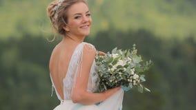 Het mooie Jonge Boeket van de Bruidholding stock footage