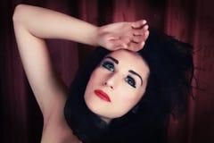 Het mooie jonge dame stellen als oude filmdiva Royalty-vrije Stock Foto's