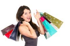 Het mooie jonge donkerbruine het glimlachen vrouw winkelen Royalty-vrije Stock Foto