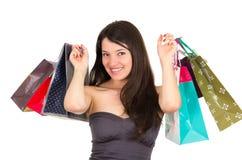 Het mooie jonge donkerbruine het glimlachen vrouw winkelen Stock Foto's