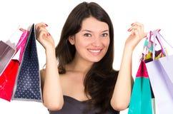 Het mooie jonge donkerbruine het glimlachen vrouw winkelen Royalty-vrije Stock Afbeelding