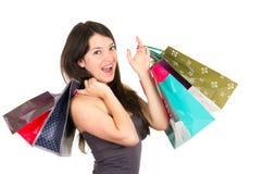 Het mooie jonge donkerbruine het glimlachen vrouw winkelen stock afbeelding