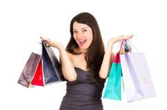 Het mooie jonge donkerbruine het glimlachen vrouw winkelen stock fotografie