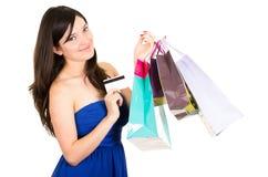 Het mooie jonge donkerbruine het glimlachen vrouw winkelen stock foto