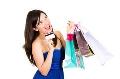 Het mooie jonge donkerbruine het glimlachen vrouw winkelen royalty-vrije stock foto's