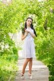 Het mooie jonge donkerbruine stellen in aard Royalty-vrije Stock Foto