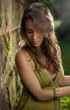 Het mooie jonge donkerbruine stellen in groene kleding. Royalty-vrije Stock Fotografie