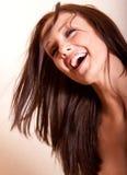 Het mooie jonge donkerbruine vrouw lachen royalty-vrije stock foto
