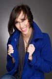 Het mooie jonge en zekere vrouw lachen Het dragen van donkerblauwe de winterlaag Zij is bang Royalty-vrije Stock Foto