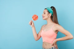 Het mooie jonge hipstermeisje eet lolly Royalty-vrije Stock Fotografie