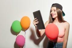 Het mooie jonge hipstermeisje viert Stock Foto's