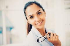 Het mooie jonge Indische bedrijfsvrouwenportret gelukkige glimlachen Royalty-vrije Stock Afbeeldingen