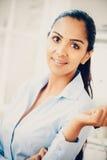Het mooie jonge Indische bedrijfsvrouwenportret gelukkige glimlachen Royalty-vrije Stock Afbeelding