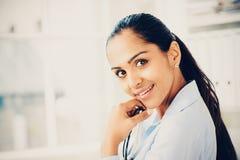 Het mooie jonge Indische bedrijfsvrouwenportret gelukkige glimlachen Royalty-vrije Stock Foto's