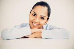 Het mooie jonge Indische bedrijfsvrouwenportret gelukkige glimlachen Royalty-vrije Stock Foto